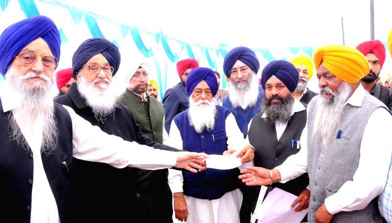 Tarn Taran: Punjab Chief Minister Parkash Singh Badal interacts during Sangat Darshan programme in Tarn Taran on Nov 29, 2015. - Parkash Singh Badal