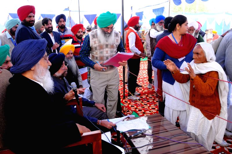 Tarn Taran: Punjab Chief Minister Parkash Singh Badal  during a Sangat Darshan program in Tarn Taran of Punjab, on Dec 2, 2015. - Parkash Singh Badal