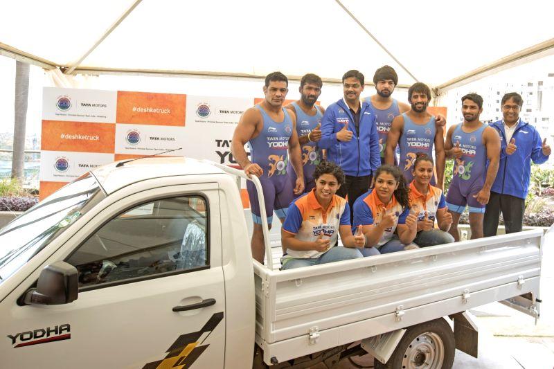 Tata Motors' Commercial Vehicle Business Unit's President Girish Wagh and wrestlers Sushil Kumar, Yogeshwar Dutt, Sakshi Malik, Bajrang Punia, Sandeep Tomar, Pooja Dhanda, Geeta Phogat and ... - Malik, Sushil Kumar and Yogeshwar Dutt