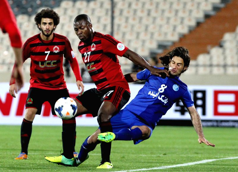 Pejman Nouri (R) of Iran's Esteghlal vies with Yakubu Ayegbeni (C) of Qatar's Al-Rayyan during their AFC Champions League Group A preliminary match in Tehran, Iran,