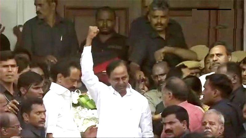 Telangana Chief Minister K. Chandrasekhar Rao pays homage to the late DMK President M. Karunanidhi at Rajaji Hall, in Chennai on Aug 8, 2018. - K. Chandrasekhar Rao