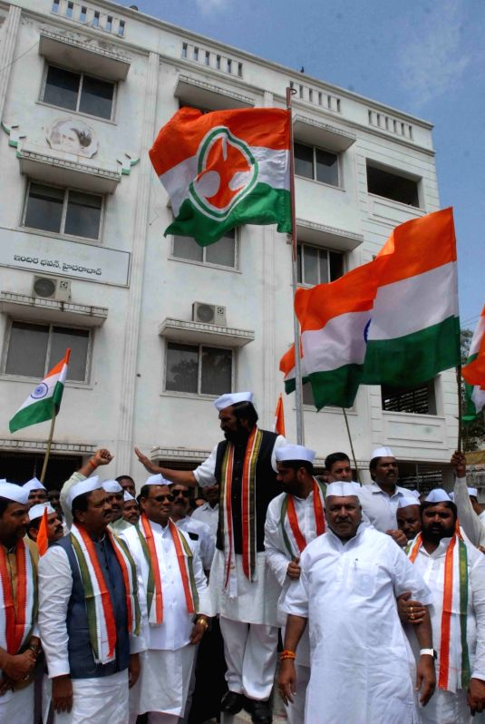 Telangana Congress president N. Uttam Kumar Reddy hoists the tricolor on the 76th anniversary of Quit India movement, in Hyderabad on Aug 9, 2018.