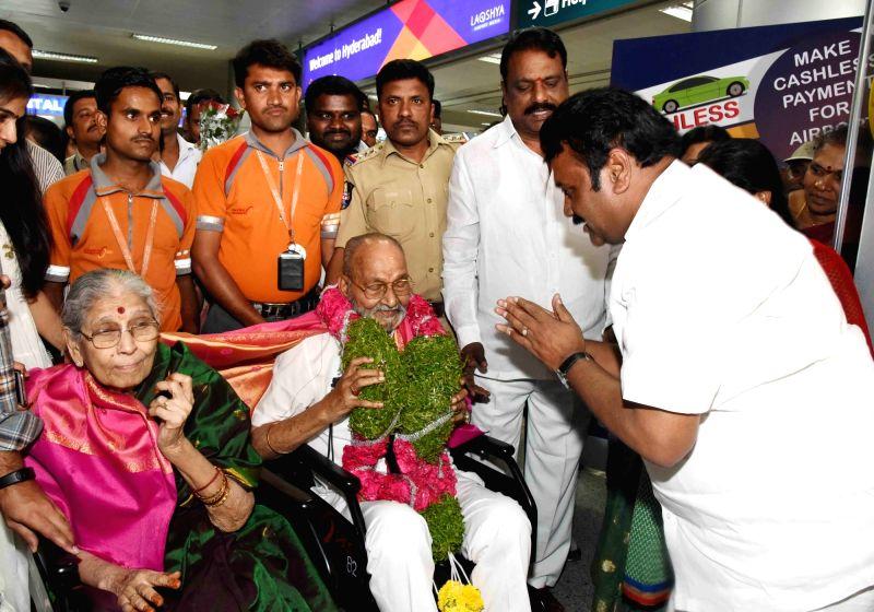 Telangana Minister T Srinivas Yadav felicitates eminent film director and actor K. Viswanath in Hyderabad, on May 4, 2017. - T Srinivas Yadav
