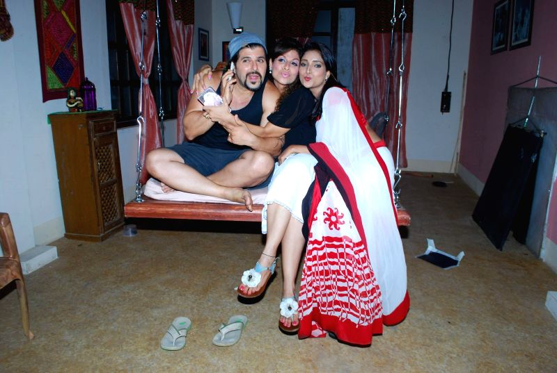 Television actor Bakhtiyaar Irani along with his wife and actor Tanaaz Currim and Rupali Bhosale during the on location shoot of the Sab TV serial Bade Door Se Aaye Hain in Mumbai June 16, 2014. - Bakhtiyaar Irani