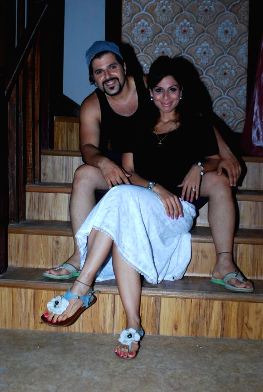 Television actor Bakhtiyaar Irani along with his wife and actor Tanaaz Currim during the on location shoot of the Sab TV serial Bade Door Se Aaye Hain in Mumbai June 16, 2014. - Bakhtiyaar Irani
