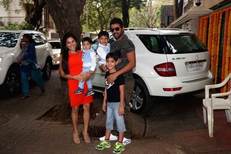Television actor Shabbir Ahluwalia along with his wife Kanchi Kaul and son`s during Tussar Kapoor son Laksshay`s first birthday party in Mumbai on June 1, 2017. - Shabbir Ahluwalia and Tussar Kapoor