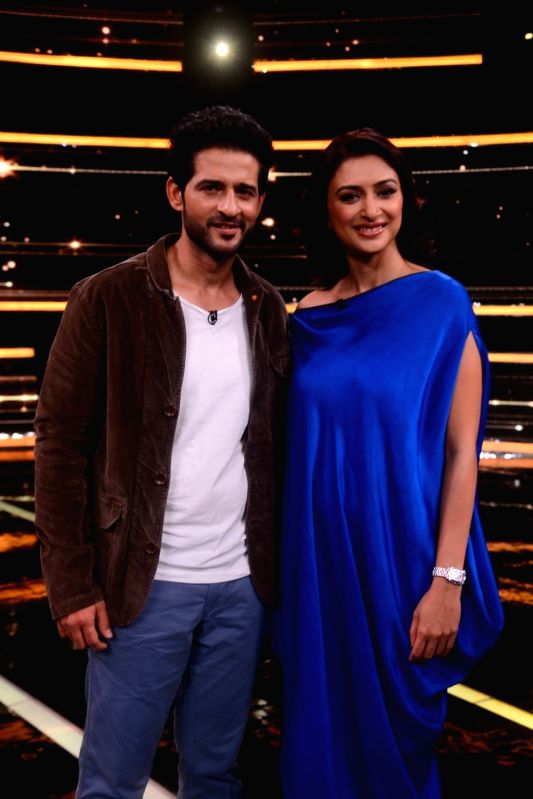 Television actors Hiten Tejwani and Gauri Pradhan on the sets of Sabse Smart Kaun in Mumbai on Aug 4, 2018. - Hiten Tejwani and Gauri Pradhan