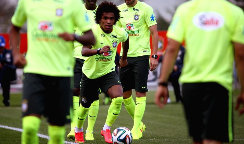 Willian (C) of the Brazilian national soccer team takes part in a training session in Teresopolis, Brazil, on July 6, 2014. On Tuesday, Brazil will face Germany .