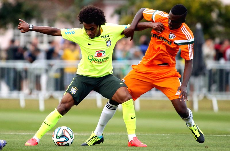Willian (L) of the Brazilian national soccer team takes part in a training session in Teresopolis, Brazil, on July 6, 2014. On Tuesday, Brazil will face Germany .