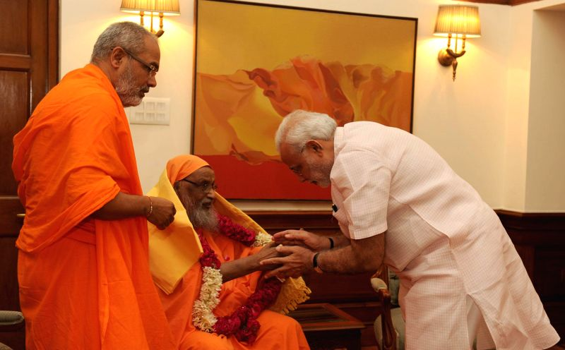 The Founder of Arsha Vidya Gurukulam, Swami Dayananda Saraswati calls on Prime Minister Narendra Modi in New Delhi on August 18, 2014. - Narendra Modi