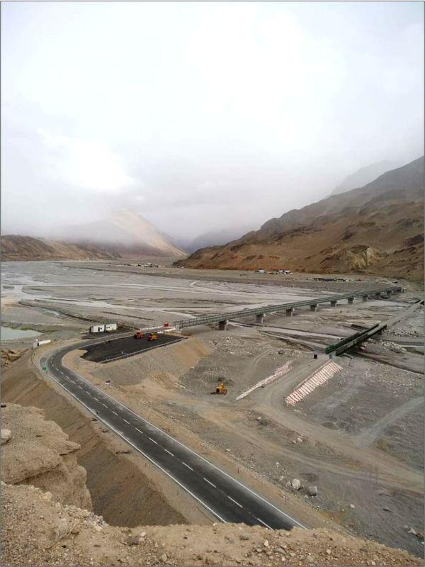 The Leh-Karakoram Road leading to the bridge.