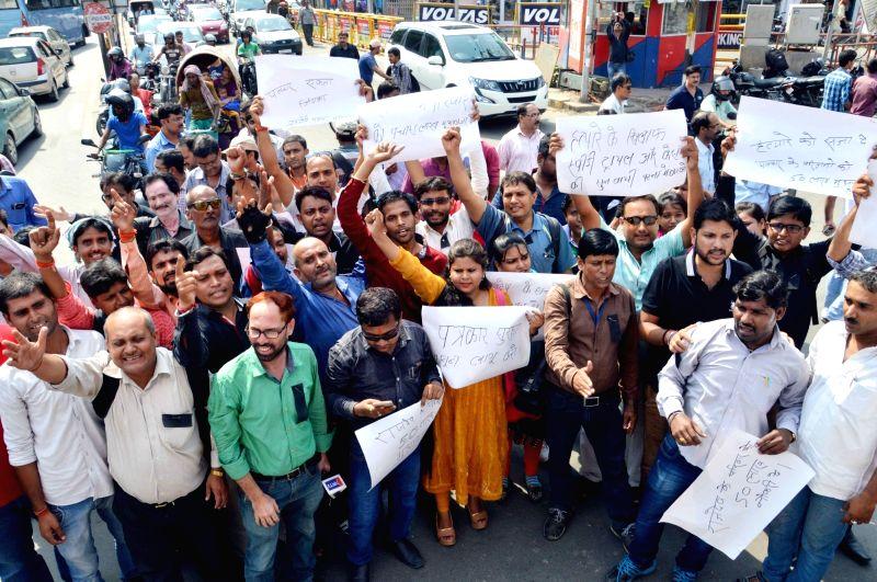 The members of Shramjivi Patrakar Sangh stage a demonstration over the killing of Bihar journalist Rajdev Ranjan in Patna on May 14, 2016.