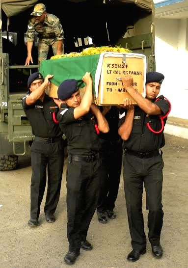 The mortal remains of martyr Lt Col RS Pawar that is being taken to Haridwar for funeral arrives in Nagpur on June 2, 2016.
