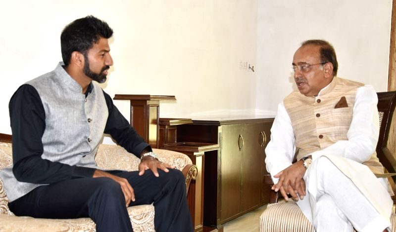 The winner of Mixed Doubles title at recently concluded French Open Rohan Bopanna calls on Union Sports Minister Vijay Goel in New Delhi on June 14, 2017. - Vijay Goel and Rohan Bopanna