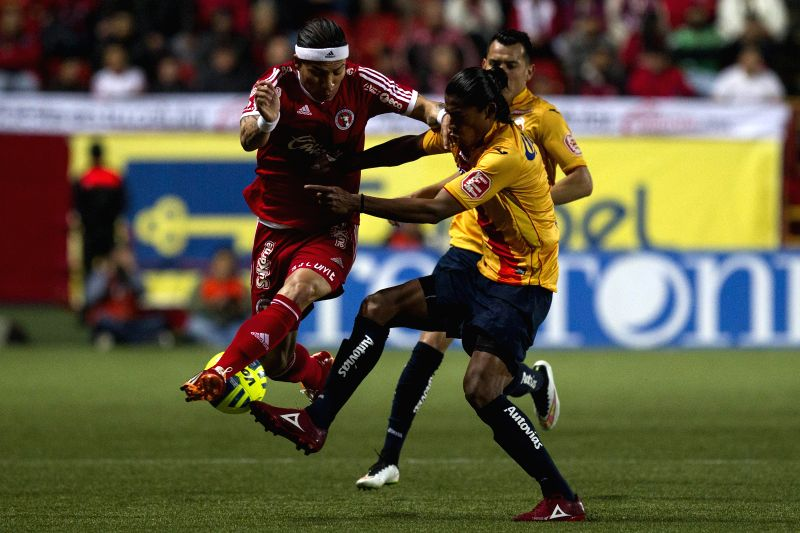 Xolos' Dayro Moreno (L) vies with Morelia's Joel Huiqui during a match of the Day 4 of the 2015 Closing Tournament of the MX League in Tijuana city, northwest ...