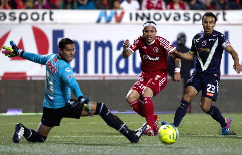 Dayro Moreno (C) of Xolos shoots against Veracruz during a match of Journey 10 of MX League Clousure Tournament 2015 at Caliente Stadium in Tijuana City, northeast ...