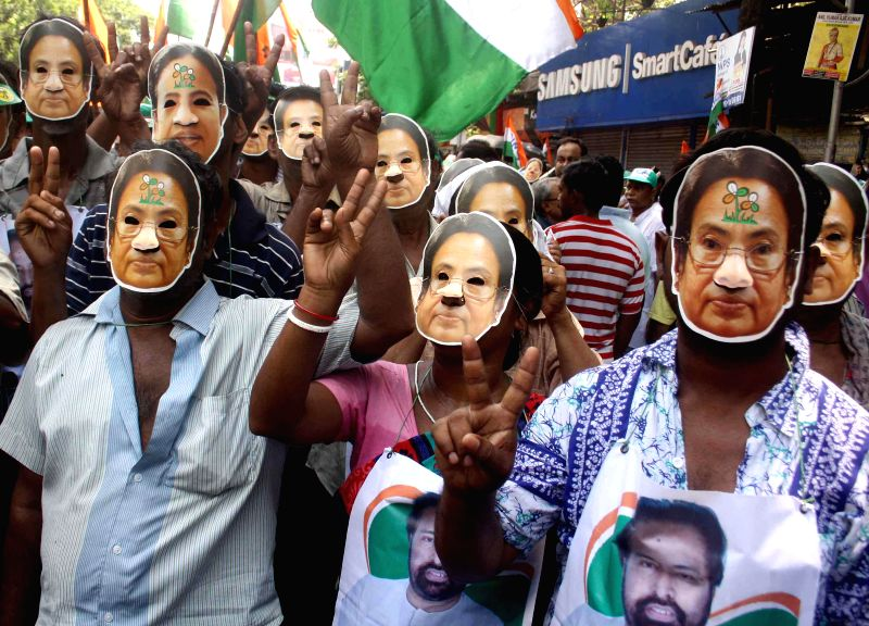 TMC activists take part in a rally with their supremo Mamata Banerjee`s musk ahead of the 2014 Lok Sabha Election in Kolkata on 26 April 2014. - Mamata Banerjee