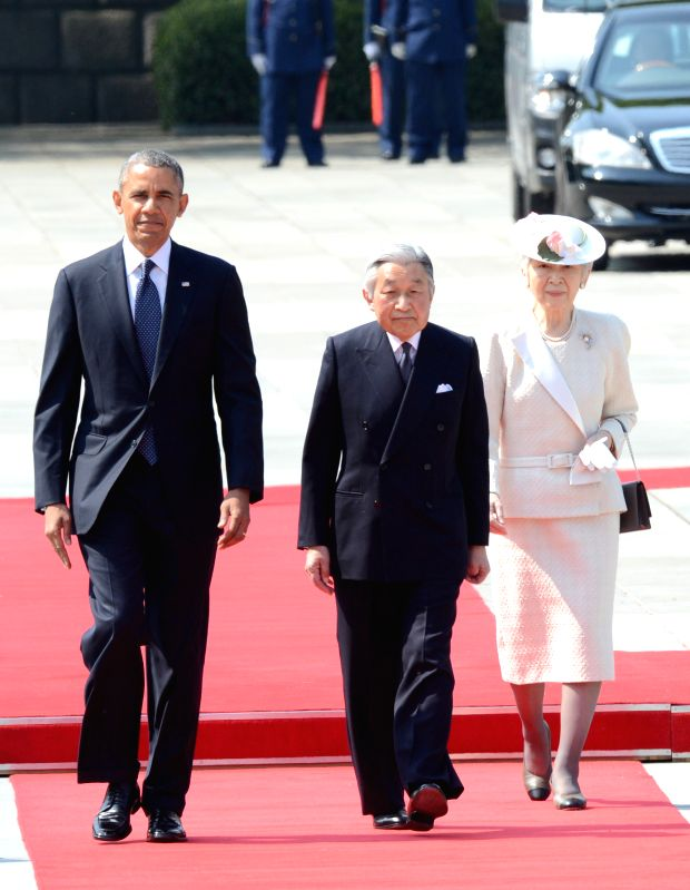 U.S.  President Barack Obama (L) walks with Japan's Emperor Akihito (C) and Empress Michiko  (R) during a welcoming ceremony at the Imperial Palace in Tokyo on April