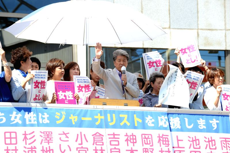 TOKYO, July 29, 2016 - Shuntaro Torigoe (C), veteran journalist and candidate for the Tokyo's gubernatorial election, delivers a speech to passers-by in Tokyo, Japan, July 29, 2016. 21 candidates for ...