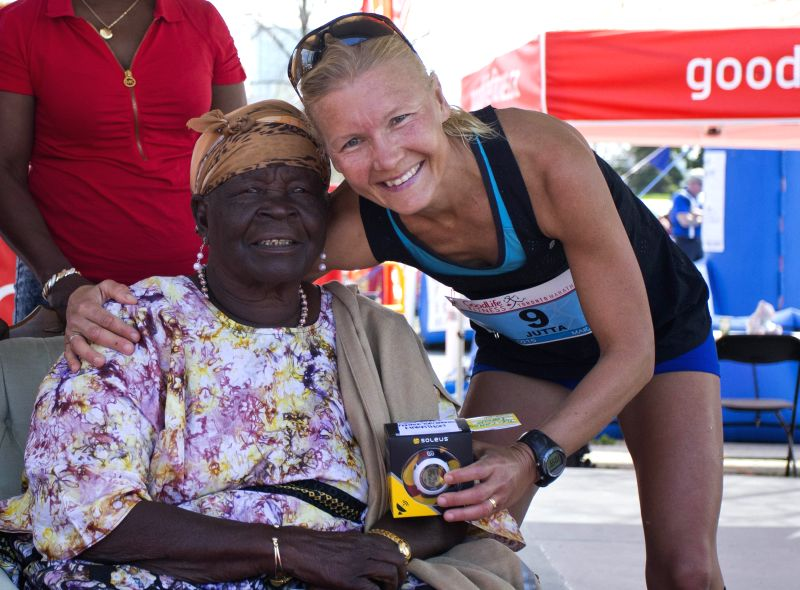 Merilainen (R) of Canada, the winner of women's marathon in 3:00:44, poses with guest Sarah Obama, grandmother of U.S. President Barack Obama, during the awards ...