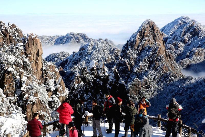 Tourists watch the snow scenery of Huangshan Mountain, east China's Anhui Province, Dec. 6, 2015. (Xinhua/Wu Sunmin)