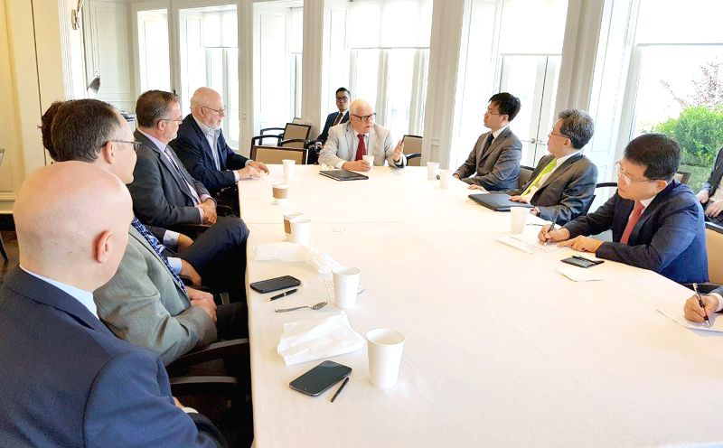 Trade Minister Kim Hyun-chong (2nd from R) attends a meeting with U.S. trade experts at the American Enterprise Institute (AEI) in Washington D.C. on July 19, 2018, in this photo released ... - Kim Hyun