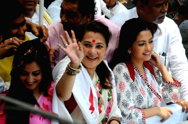 Trinamool Congress candidate for 2014 Lok Sabha Election from Bankura, Moon Moon Sen with Riya Sen and Raima Sen during an election campaign in Bankura of West Bengal on April 16, 2014. - Riya Sen and Raima Sen