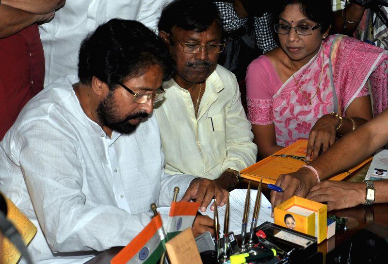 Trinamool Congress candidate for 2014 Lok Sabha Election from North Kolkata parliamentary constituency, Sudip Banerjee files his nomination papers in Kolkata on April 23, 2014.