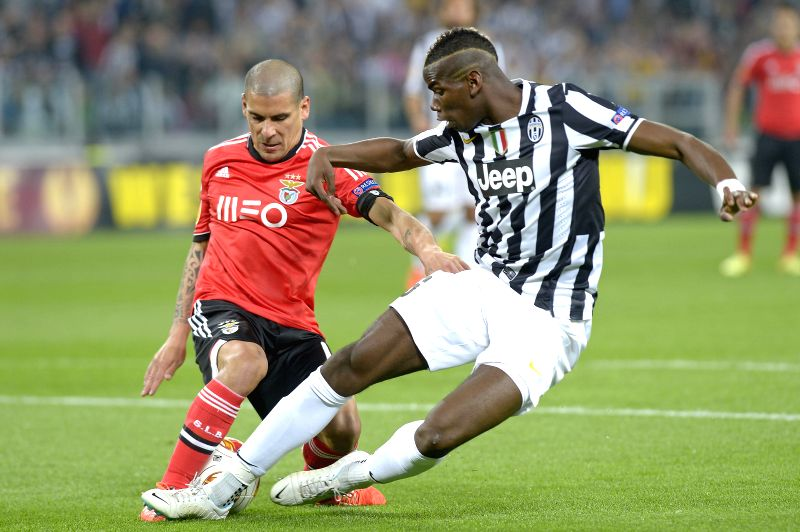Maximiliano Pereira (L) of Benfica vies with Paul Pogba of Juventus during their semifinal match at the 2013/2014 UEFA Europa League in Turin, Italy, May 1, 2014. The ..