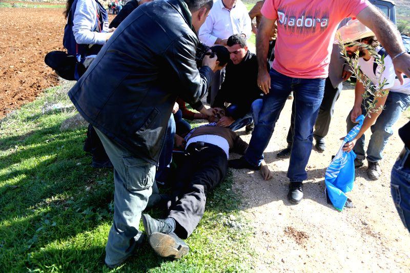 Turmus Aya (Ramallah): Protesters try to give treatment to the Palestinian official Ziad Abu Ein (C), in charge of the issue of Israeli settlements for the Palestinian Authority, after he was injured