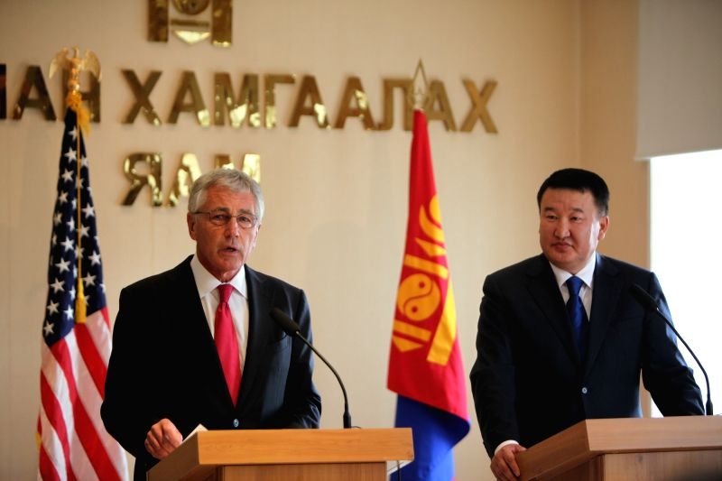 Visiting U.S. Defense Secretary Chuck Hagel (L) and Mongolian Defense Minister Bat-Erdene Dashdemberel attend a joint press conference in Ulan Bator, Mongolia, .
