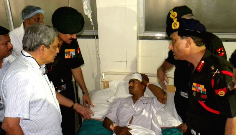 Union Defence Minister Manohar Parrikar and Army chief General Dalbir Singh visit soldiers injured in the fire that broke out at Indian Army's largest ammunition depots in Maharashtra's ... - Manohar Parrikar and Dalbir Singh