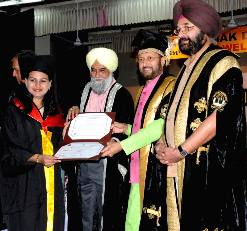 Union HRD Minister Prakash Javadekar presents the degree certificates at the 44th Annual Convocation of Guru Nanak Dev University in Amritsar on May 31, 2018. - Prakash Javadekar and Nanak Dev University