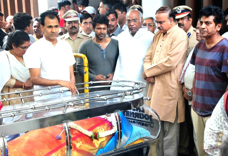 Union minister Ananth Kumar and Congress leader Mallikarjuna Kharge pay his last respect to Veteran Kannada film producer and distributor Parvathamma Rajkumar, widow of Kannada matinee ... - Ananth Kumar