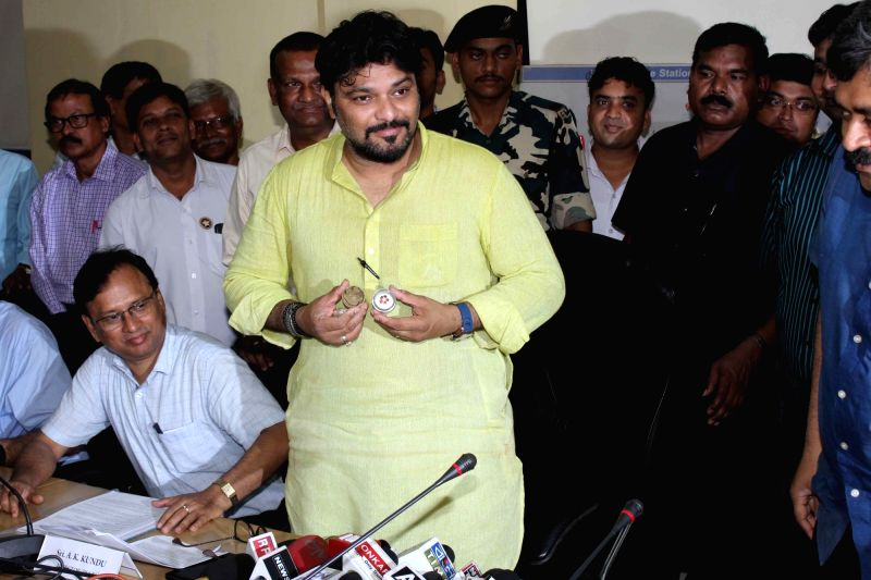 Union Minister Babul Supriyo​ shows mud collected from the East-West Metro tunnel under the Ganga river bed during a press conference in Kolkata, on April 17, 2017.​ ​ - Babul Supriyo