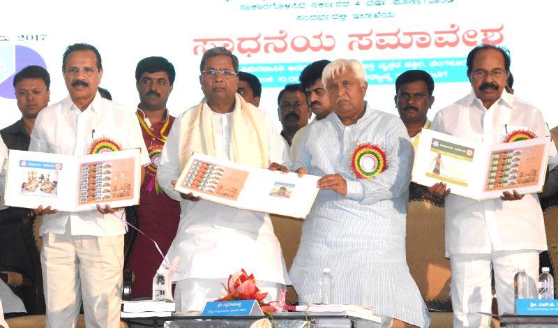 Union Minister DV Sadananda Gowda with Karnataka Chief Minister Siddaramaiah during Panchayat Raj Conference in Bengaluru, on May 10, 2017. - D