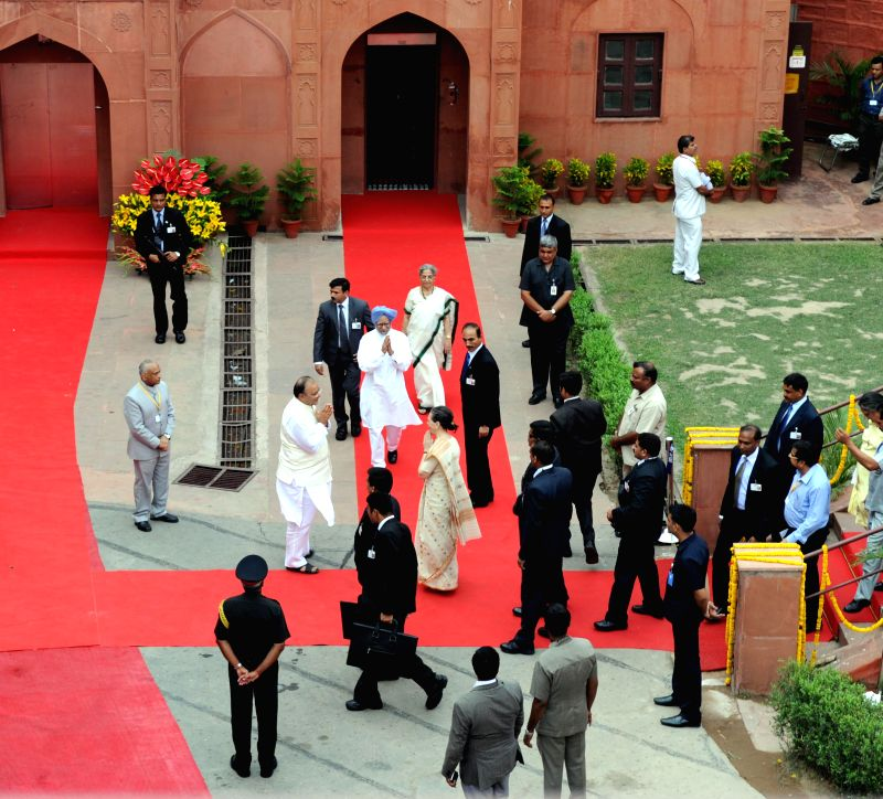Union Minister for Finance, Corporate Affairs and Defence Arun Jaitley greets Congress president Sonia Gandhi on 68th Independence Day celebrations at the Red Fort in Delhi on August 15, 2014. Also .. - Manmohan Singh, Arun Jaitley and Sonia Gandhi