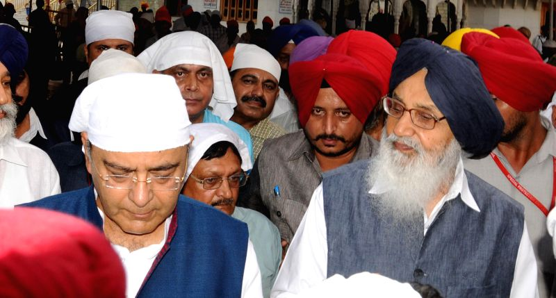 Union Minister for Finance, Corporate Affairs and Defence Arun Jaitley and Punjab Chief Minister Parkash Singh Badal pay obeisance at the Golden Temple in Amritsar on Aug 18, 2014. - Parkash Singh Badal