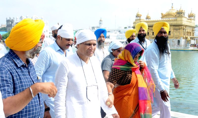 Union Minister for Railways Suresh Prabhu with his wife pay obeisance at the Golden Temple in Amritsar on July 17, 2016. - Suresh Prabhu