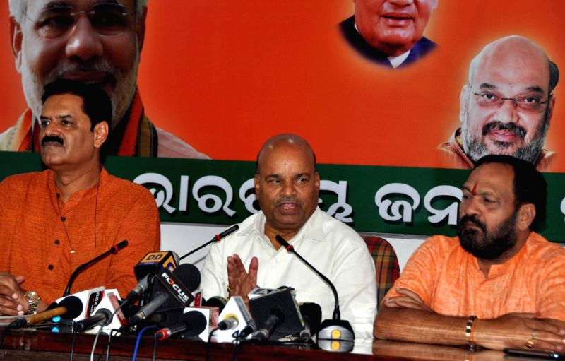 Union Minister for Social Justice and Empowerment Thaawar Chand Gehlot addresses a press conference in Bhubaneswar on Aug 26, 2014. (Photo : Arabinda Mahapatra/IANS)