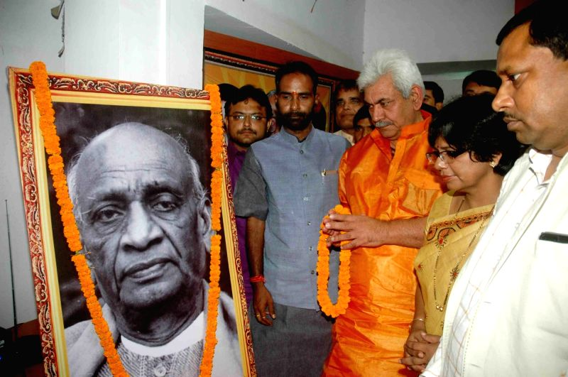 Union Minister of State for Railways Manoj Sinha pays floral tribute at the portrait of Sardar Vallabhbhai Patel, on his Birth Anniversary in Patna on Oct 31, 2015.