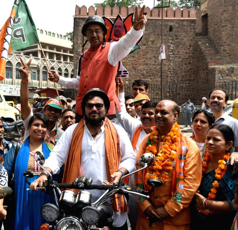 Union Ministers Babul Supriyo and Vijay Goel campaign for BJP ahead of Delhi MCD Polls at Ajmeri Gate in New Delhi on April 21, 2017. - Babul Supriyo and Vijay Goel