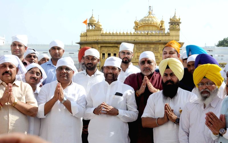 Union ministers Ramvilas Paswan and Giriraj Singh pay obeisance at the Golden Temple in Amritsar, on May 27, 2016. - Giriraj Singh