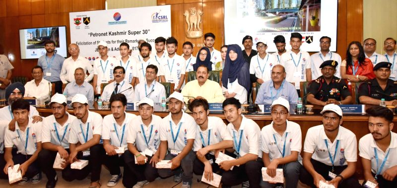 Union MoS Prime Minister's Office Jitendra Singh with the students from Jammu and Kashmir (supported by 'Kashmir Super 30' Project) who have qualified for the JEE (Main & ... - Jitendra Singh