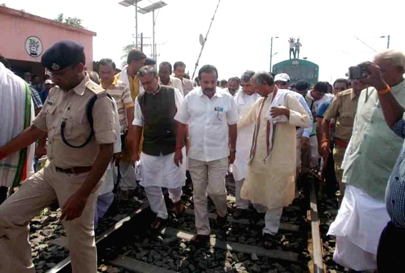 Union Railway Minister DV Sadananda Gowda, Chapra MP and BJP leader Rajiv Pratap Rudy, BJP leader Sushil Kumar Modi and others visit the site where nine out of twelve bogies of Delhi-Dibrugarh ... - Sushil Kumar Modi