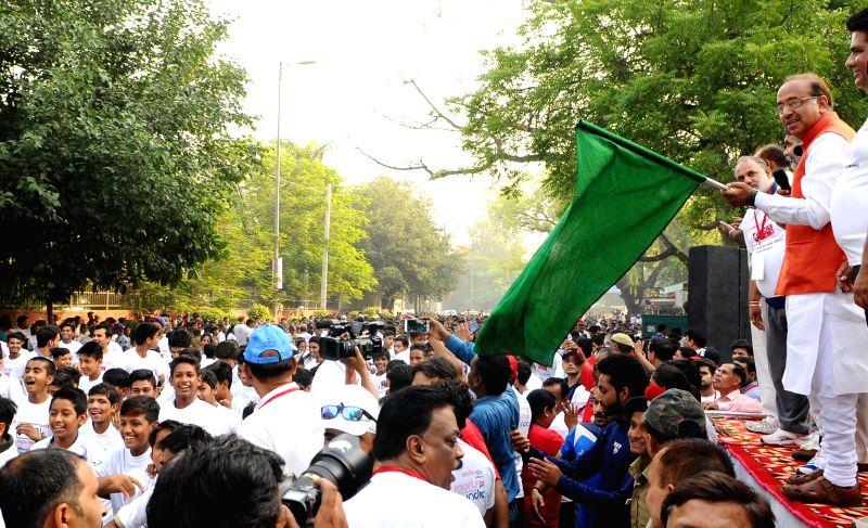 "Union Sports Minister Vijay Goel flags off the ""Slum Youth Run"", in Delhi on May 26, 2017. - Vijay Goel"