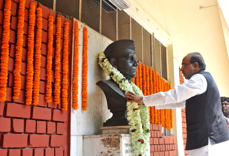 Union Sports Minister Vijay Goel garlands a statue of Netaji Subhash Chandra Bose at SAI Complex in Kolkata, on May 5, 2017. - Vijay Goel