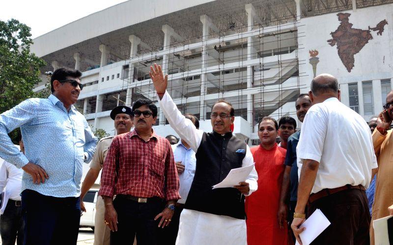 Union Sports Minister Vijay Goel visits Yuva Bharati Krirangan to inspect preparation for upcoming FIFA U-17 World Cup Tournament in Kolkata, on May 5, 2017. - Vijay Goel