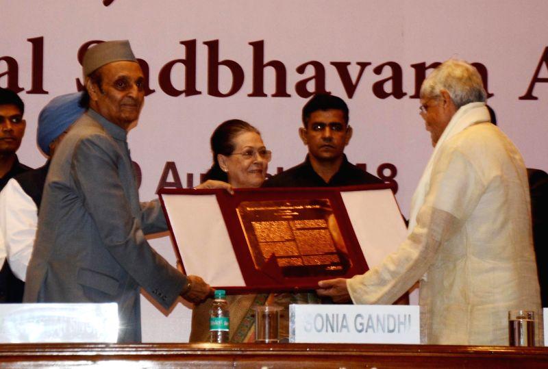 "UPA chairperson Sonia Gandhi and Congress leader Dr Karan Singh present the ""Rajiv Gandhi National Sadbhavana Award"" to Former West Bengal Governor Gopalkrishna Gandhi in New ... - Sonia Gandhi, Karan Singh and Gopalkrishna Gandhi"