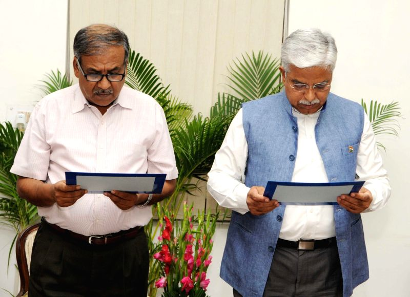 UPSC Chairman Deepak Gupta administers the oath of the office and Secrecy to Bhim Sain Bassi as the Member, Union Public Service Commission, in New Delhi on May 31, 2016. - Deepak Gupta